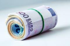 数千滚动的欧洲的钞票 自由空间对于您的经济信息 免版税库存照片
