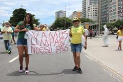 数千巴西人去街道抗议反对惊叹 免版税图库摄影