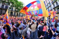 数千F.C巴塞罗那支持者,庆祝与旗子西班牙同盟胜利 库存图片