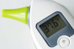 数字体温计测量特写镜头  免版税库存照片