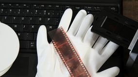 数字化与膝上型计算机的老35mm胶卷软片 股票视频