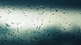 数字在一个有雾的窗口日间落的引起的雨珠,当下雨时,并且背景被弄脏 股票视频
