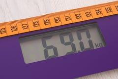 数字式与卷尺,减肥概念的概念的体重计 库存图片