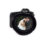 数字式与新郎和新娘的照片照相机 免版税库存图片