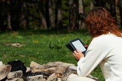 读数字式书的妇女 库存照片