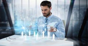 数字式商人审查的雇员和世界地图的引起的图象在书桌在办公室 库存图片
