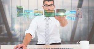 数字式商人感人的未来派屏幕的引起的图象,当工作在办公室时 图库摄影