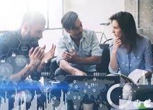 数字式图,图表的概念连接,虚屏,连接象 Coworking过程在一个晴朗的办公室 年轻 免版税库存图片