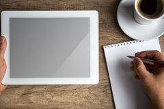 数字式在企业书桌上的片剂个人计算机有黑屏的 库存图片