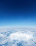 数字式在白色云彩的引起的图表蓝天 库存照片