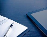 数字式在笔记在办公室,新技术的概念附近的片剂个人计算机 免版税图库摄影