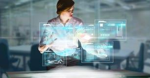 数字式女实业家感人的未来派屏幕的引起的图象在办公室 库存照片