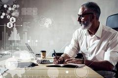 数字式屏幕的概念有全球性真正象的,图,图表连接 佩带a的成人成功的商人 库存图片