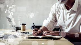 数字式屏幕的概念有全球性真正象的,图,图表连接 佩带a的成人成功的商人 免版税库存图片