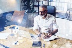 数字式屏幕的概念有全球性真正象的,图,图表连接 佩带a的成人成功的商人 库存照片