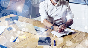 数字式屏幕的概念有真正象的,图,图表连接 佩带经典之作的成人成功的商人 库存图片