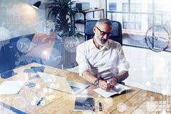 数字式屏幕的概念有真正象的,图,图表连接 佩带经典之作的成人成功的商人 免版税库存图片