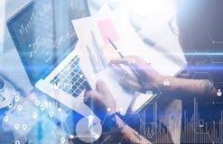 数字式屏幕,虚拟连接象,图,图表接口的概念 成人被刺字的工友与膝上型计算机一起使用在 免版税库存照片
