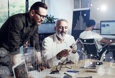 数字式屏幕,虚拟连接象,图,图表的概念连接 做伟大的咖啡的小组两工友 库存图片