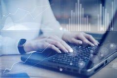 数字式屏幕,虚拟连接象,图,图表的概念连接 工作在a的特写镜头视图年轻女实业家 免版税库存图片