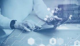 数字式屏幕,虚拟连接象,图,图表的概念连接 特写镜头视图女性手触板 免版税库存照片