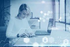 数字式屏幕,虚拟连接象,图,图表的概念连接 年轻美丽的妇女与片剂一起使用在 免版税库存照片