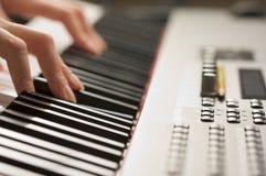 数字式手指关键字钢琴s妇女 免版税库存照片