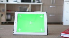 数字式有绿色屏幕色度大模型的片剂个人计算机在桌上 股票视频