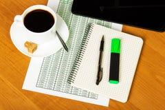 数字式片剂、笔记本、笔、标志和咖啡在背景桌面上 库存照片