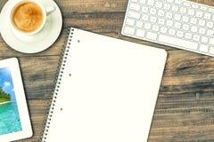 数字式片剂与假日照片、键盘和咖啡杯 库存照片
