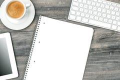 数字式片剂个人计算机、键盘和咖啡在木书桌上 库存照片