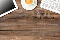 数字式片剂个人计算机、键盘和咖啡 库存照片