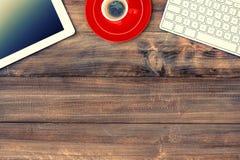 数字式片剂个人计算机、键盘和红色咖啡 例证百合红色样式葡萄酒 库存照片