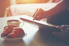 数字式片剂个人计算机用咖啡 免版税库存照片