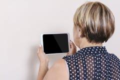 数字式片剂使用由资深妇女 库存照片