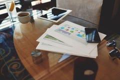 数字式片剂和手机有空白的拷贝的间隔屏幕您的广告内容或正文消息的 库存照片