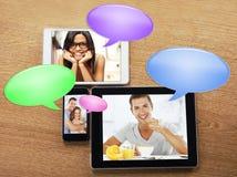 数字式片剂和有图象和泡影的巧妙的电话聊天图标 免版税库存照片