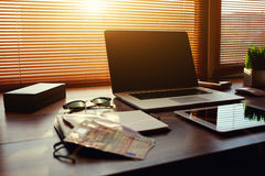 数字式片剂和欧洲票据、开放便携式计算机有白色空白的拷贝空间屏幕的对于文本信息或内容 库存照片