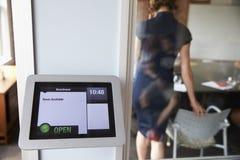 数字式片剂售票系统屏幕现代会议室外 库存图片