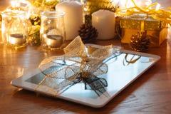 数字式片剂圣诞节礼物 免版税库存照片