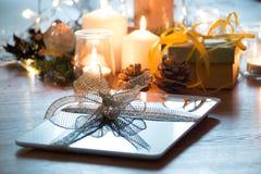 数字式片剂圣诞节礼物 免版税库存图片