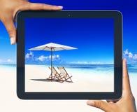 数字式片剂框架热带海滩概念 库存照片