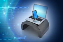 数字式片剂计算机和膝上型计算机 免版税库存图片