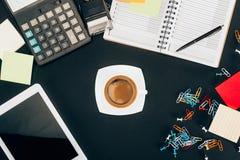 数字式片剂顶视图有黑屏、咖啡,计算器和办公用品的 免版税库存照片