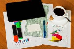 数字式片剂,干净的卡片,笔,标志,在您的桌面上的咖啡 库存图片