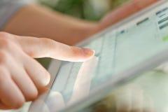 数字式现有量现代个人计算机屏幕片剂涉及 库存图片