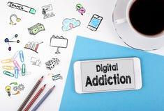 数字式瘾 手机和咖啡杯在白色办公桌上 免版税库存图片