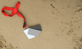 数字式白色黑灰色差额表设置了在沙子的18%灰色曝光卡片 图库摄影