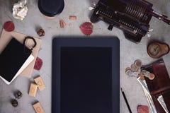 数字式网上挽救财务办公室 现代技术设备和葡萄酒计算机 复制空间,顶视图 免版税库存图片