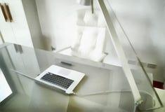 数字式艺术绘画-在书桌上的现代辅助部件有计算机的 免版税图库摄影
